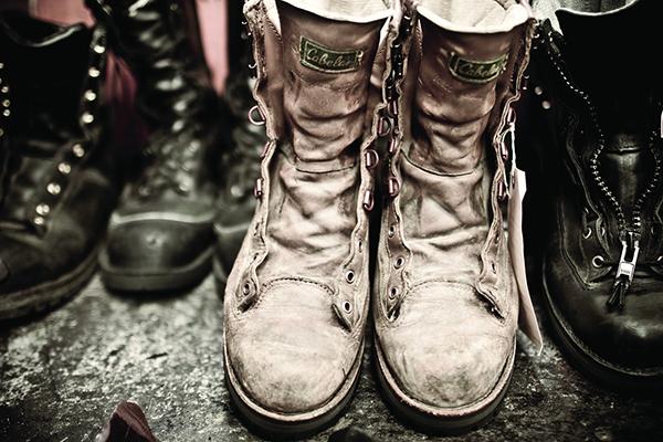 工人纯手工制作鞋子