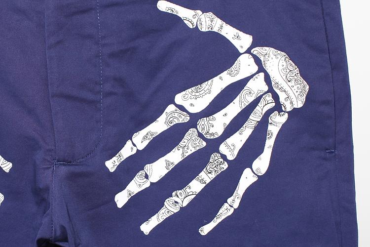 经典的纹身图案以手绘手法呈现,当中包骷髅头,玫瑰,黑豹及sam身上纹有