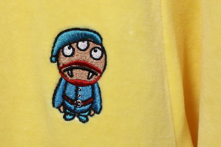 拉链处使用恶魔头的设计为整体衣服做点睛之笔,上体活泼可爱,朝着多