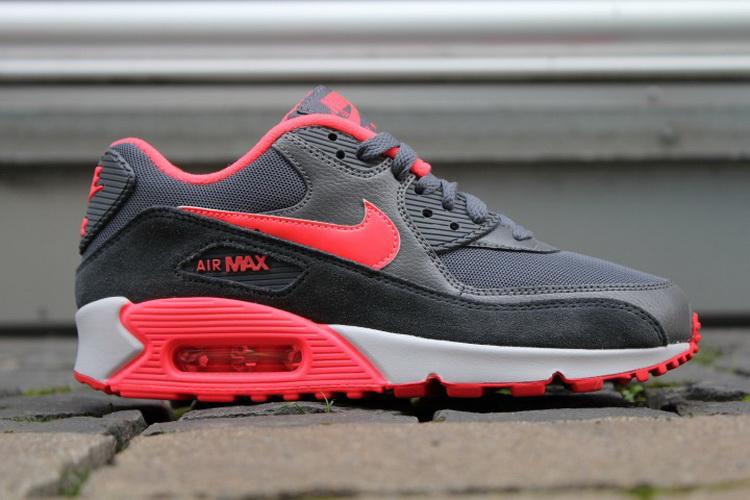 max 运动鞋凭借惊艳的色彩搭配 高清图片