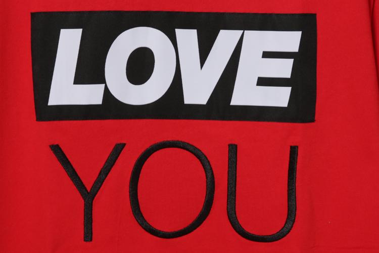 前幅创意得运用了box logo设计,印制的love you字样,通过